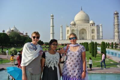 Gracy und Sarah vor dem Taj Mahal mit einer neuen indischen Freundin